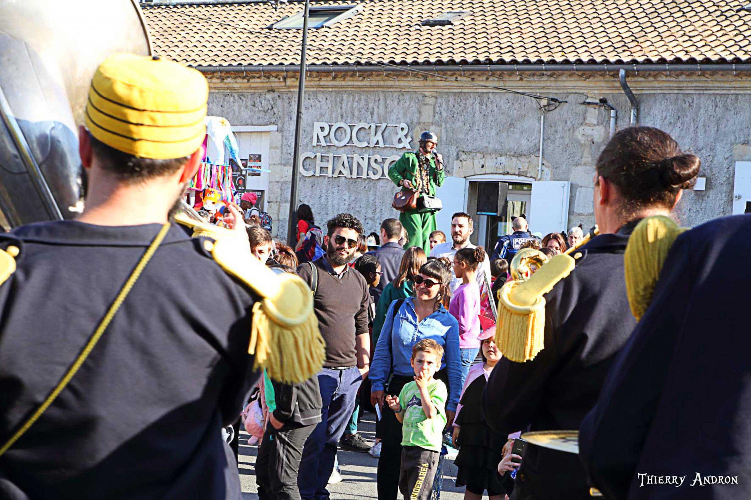 2019 : signe fort que Rock et Chanson est bien devenu un centre incontournable du quartier de Thouars, c'est désormais à Rock et Chanson qu'on se retrouve pour le grand carnaval du quartier (1500 personnes) avant la grande déambulation jusqu'au Dôme. (photo 2019 ©T. Andron)