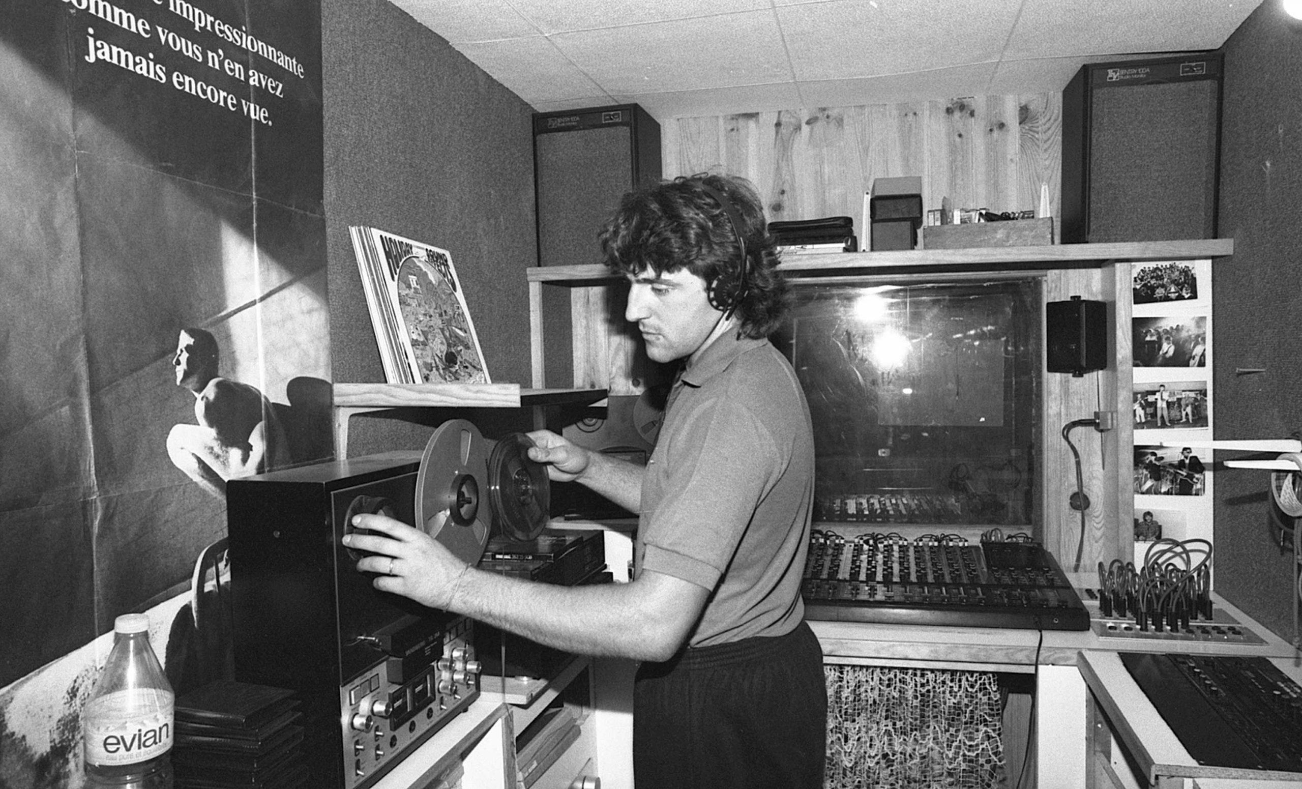 Années 80 : pendant les premières années, Patrice Dugornay enregistre lui-même les groupes dans le premier studio de l'asso, outil indispensable de création musicale. <br>Des centaines d'albums y seront réalisés. (photo 1987)