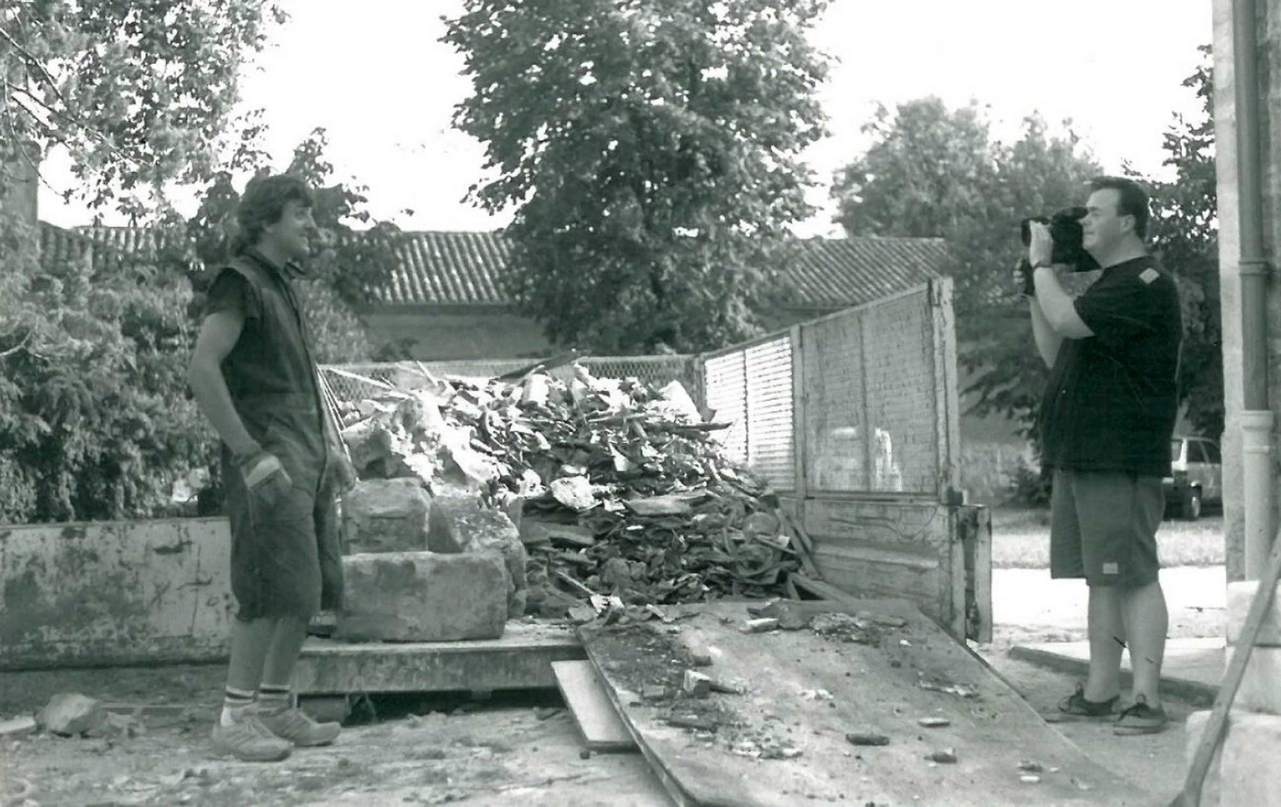 1990 : 1er  grand tournant dans le développement de Rock et Chanson avec la délocalisation du studio dans un autre bâtiment en ruines appartenant à la mairie du parc Chantecler. La mairie donne à l'association 20 000 francs prévus pour la démolition pour le projet d'un parking qui ne verra jamais le jour. <br>Toujours à la force des bras, l'équipe de R&C monte un outil de travail performant pour les groupes.