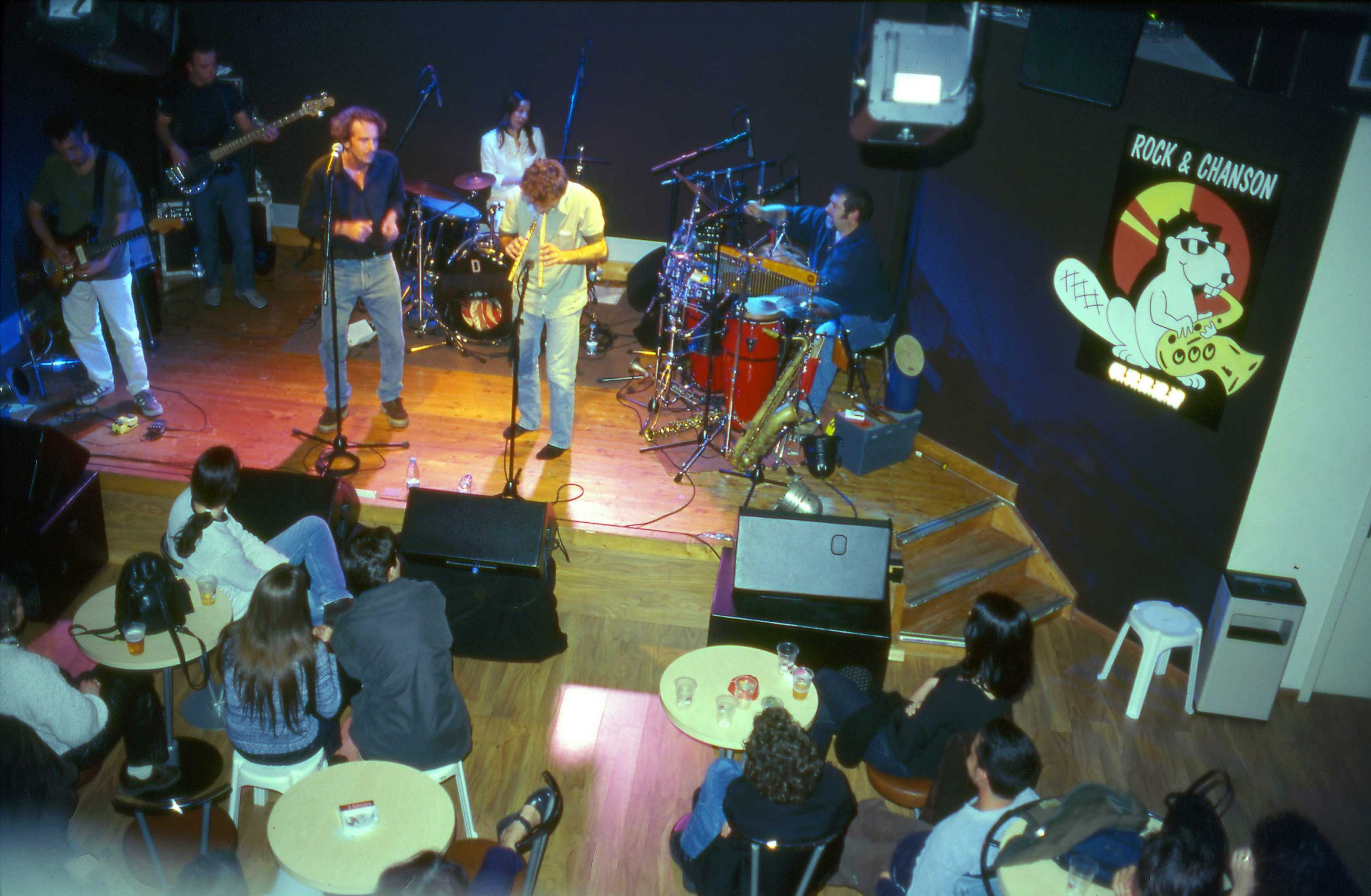 2000 : 15 après la création de Rock et Chanson et des années de travail pour la structuration de l'association mais aussi du secteur des musiques actuelles en Aquitaine, l'association se dote enfin d'un outil de diffusion « live » avec l'ouverture du café Musique l'Antirouille, un club de 180 places. (groupe Le Kuke).