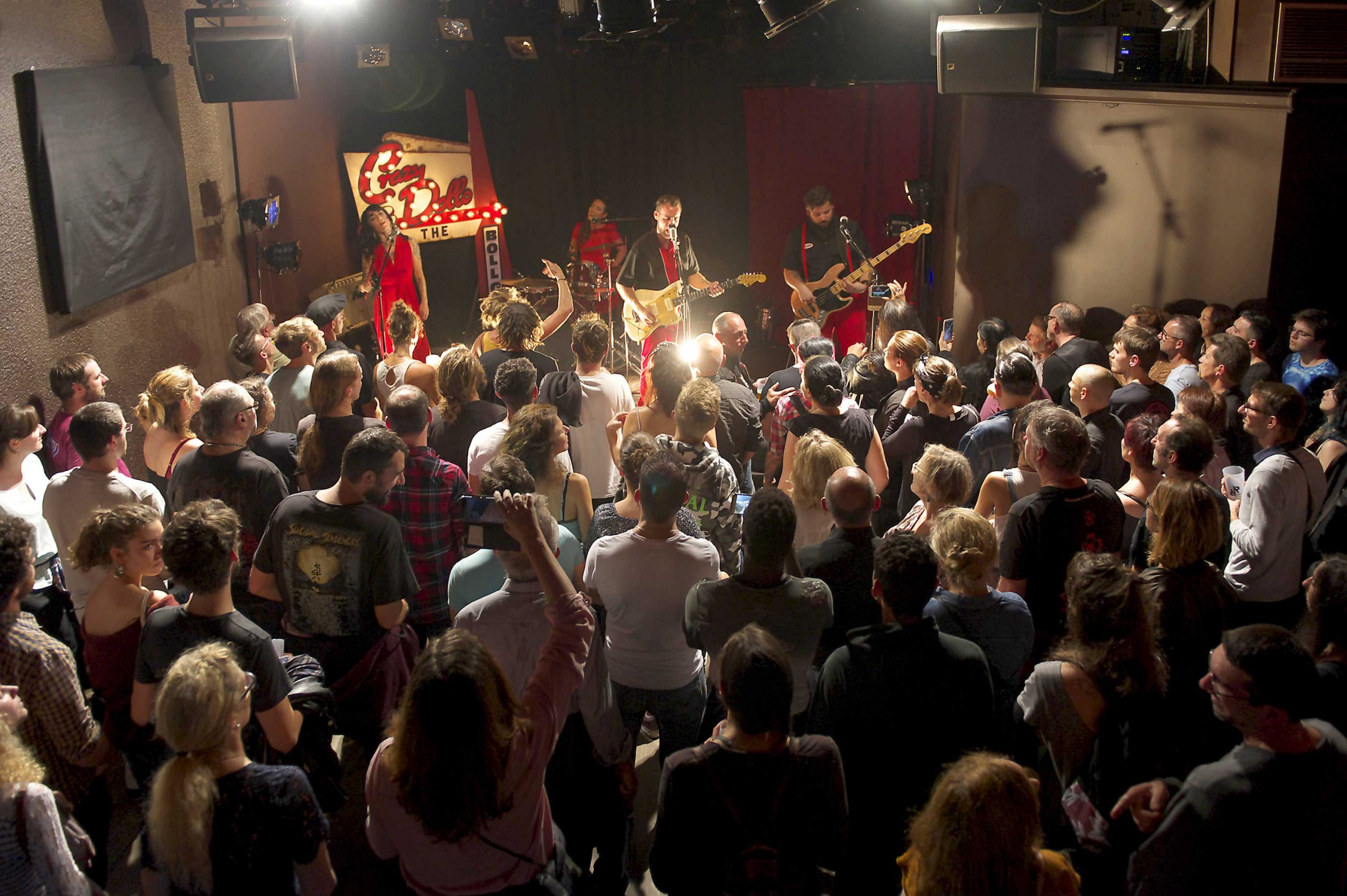 2012 : après le label Café Musique, Rock et Chanson obtient le label national SMAC (Scène de musiques actuelles), et devient la plus petite scène de musiques actuelles conventionnée de France ! L'Antirouille programme 25 concerts par an et accueille tout au long de l'année des dizaines de groupe pour du travail sur scène (résidences, pré-prod…) (Groupe : Les Crazy Dolls and the Bollocks, L'Antirouille 2018, ©S. Caro)